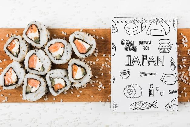 Maquete de bloco de notas em espiral com maquete de comida japonesa