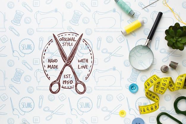 Maquete de bordado com ferramentas de costura