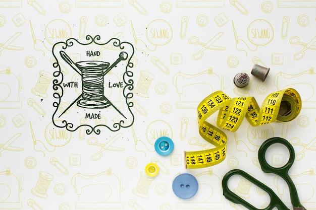 Maquete de bordado com fita métrica