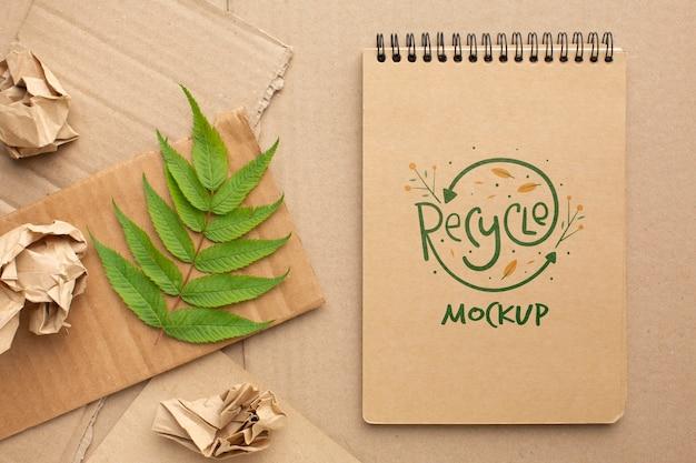 Maquete de caderno com folhas