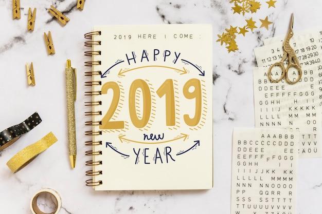 Maquete de caderno com o conceito de ano novo