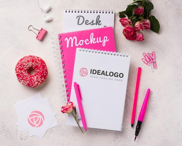 Maquete de caderno de vista superior perto de rosas e donut