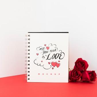 Maquete de caderno espiral com conceito de dia dos namorados