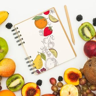 Maquete de caderno espiral com frutas
