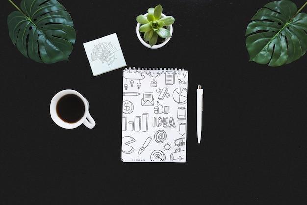 Maquete de caderno espiral com internet do conceito de coisas