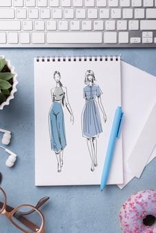 Maquete de caderno plana leiga e caneta perto de óculos e donut