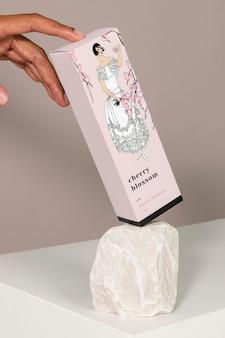 Maquete de caixa de papel com mulher com flor de cerejeira