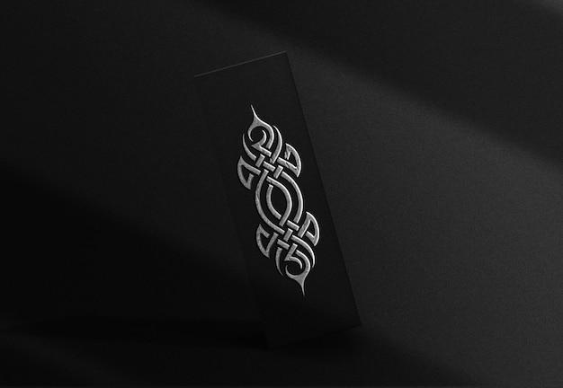 Maquete de caixa flutuante em relevo de placa de prata luxuosa