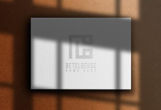 Maquete de caixa horizontal em relevo com logotipo de papel