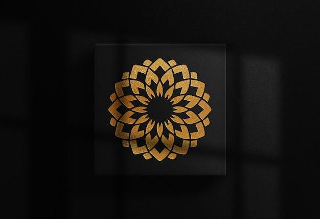 Maquete de caixa quadrada com logotipo em relevo dourado luxuoso