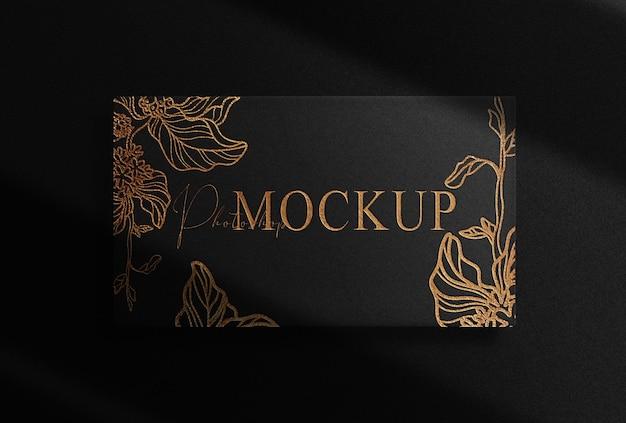Maquete de caixa retangular com logotipo de luxo em relevo dourado