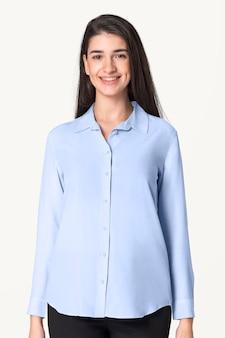 Maquete de camisa azul psd com calças femininas de desgaste básico