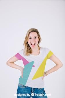 Maquete de camiseta com mulher feliz