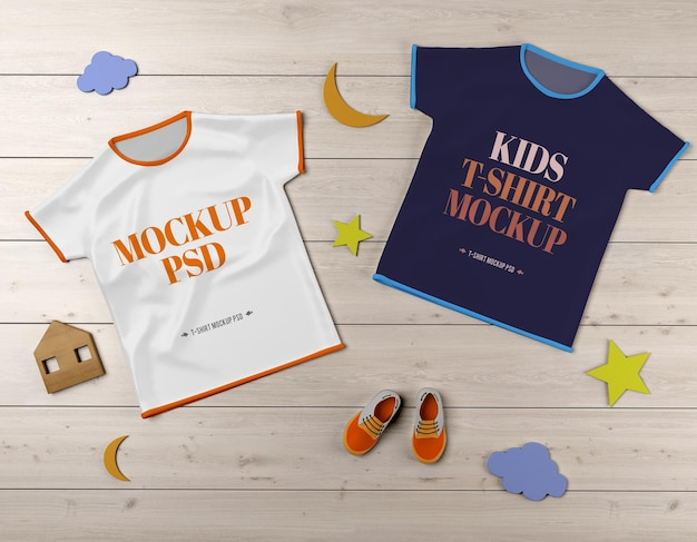 Maquete de camiseta infantil psd com sapatos e brinquedos em textura de madeira