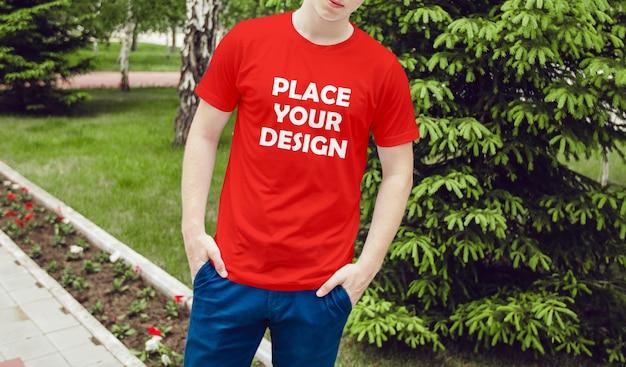 Maquete de camiseta vermelha masculina