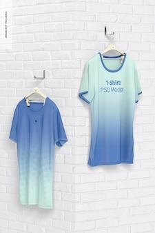 Maquete de camisetas penduradas, vista em perspectiva