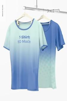 Maquete de camisetas penduradas