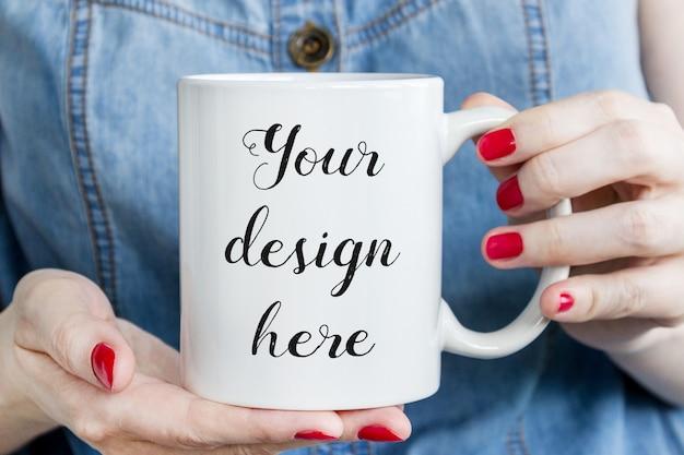 Maquete de caneca de café nas mãos da mulher