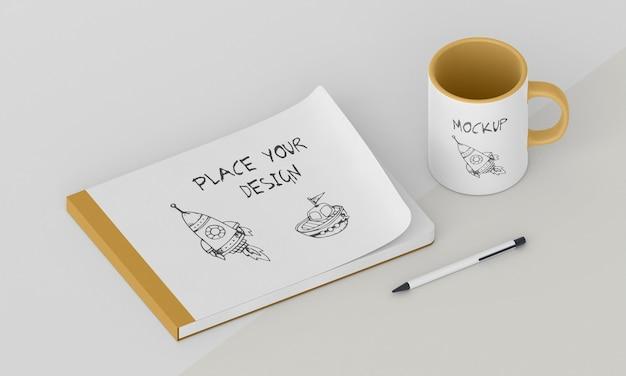 Maquete de caneca personalizada com bloco de notas