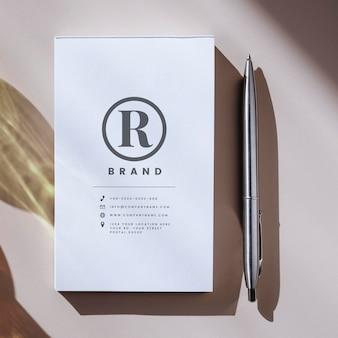 Maquete de caneta e caderno branco