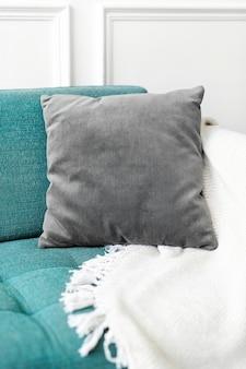 Maquete de capa de almofada de veludo vintage psd em um sofá