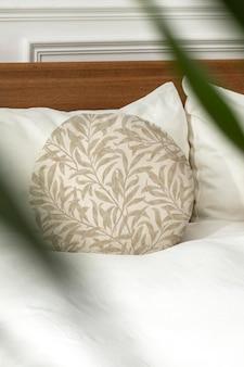 Maquete de capa de almofada redonda psd em uma cama