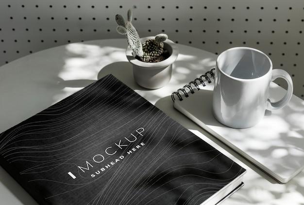 Maquete de capa de livro preto sobre uma mesa