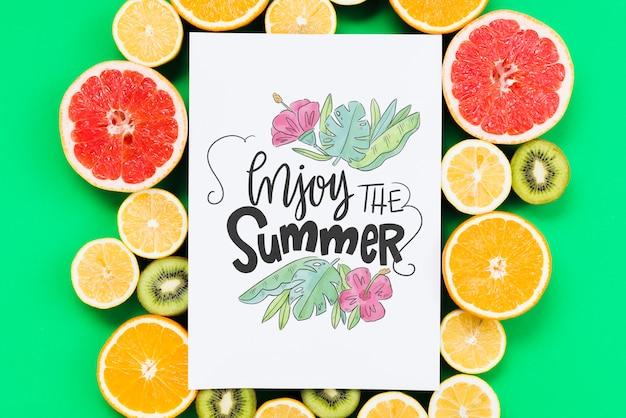 Maquete de capa em branco, rodeado por frutas frescas
