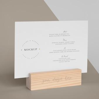 Maquete de cardápio com suporte de madeira