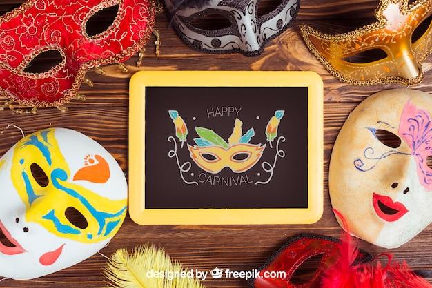 Maquete de carnaval com ardósia e máscaras
