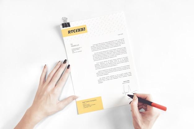 Maquete de carta comercial assinada