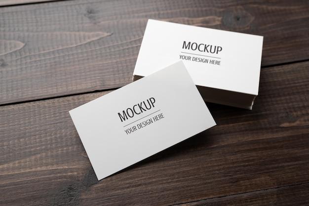 Maquete de cartão, cartão branco em branco na mesa de madeira