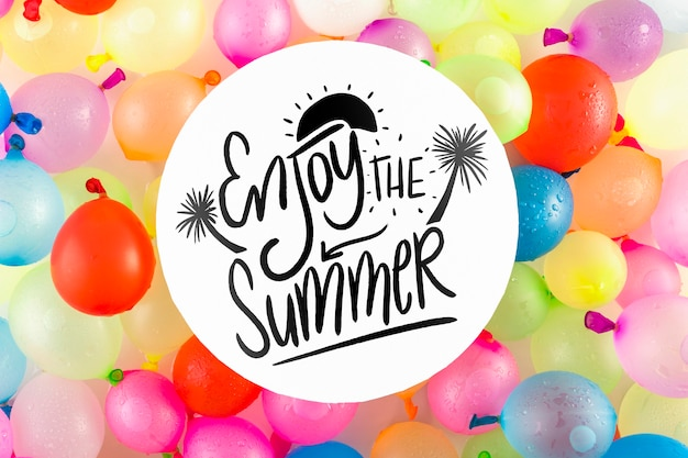 Maquete de cartão com conceito de verão tropical com balões