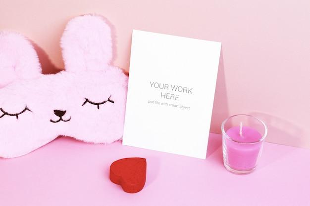 Maquete de cartão com coração e máscara para dormir