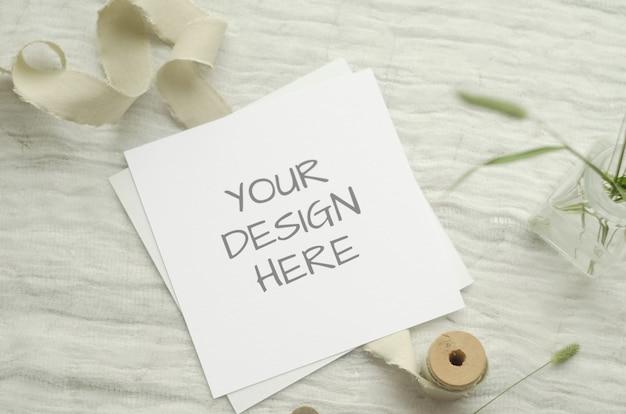 Maquete de cartão com ervas, carretel vintage de trança de algodão sobre um fundo claro.