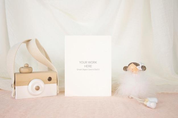 Maquete de cartão com fotocâmera e renderização de brinquedo