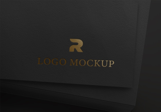 Maquete de cartão com logotipo dourado