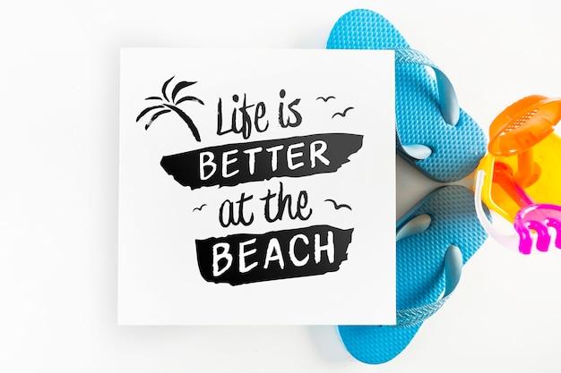 Maquete de cartão com o conceito de verão tropical com flip-flops
