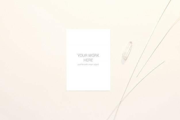 Maquete de cartão com pedra branca e galhos
