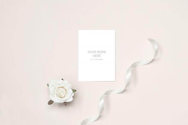 Maquete de cartão com rosa e fita