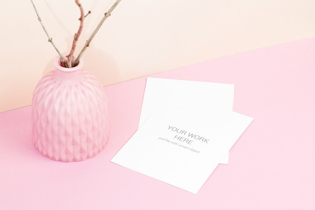 Maquete de cartão com tigela em fundo rosa