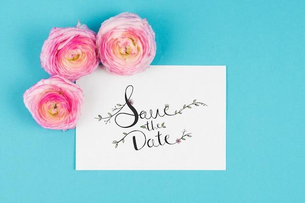 Maquete de cartão com três rosas