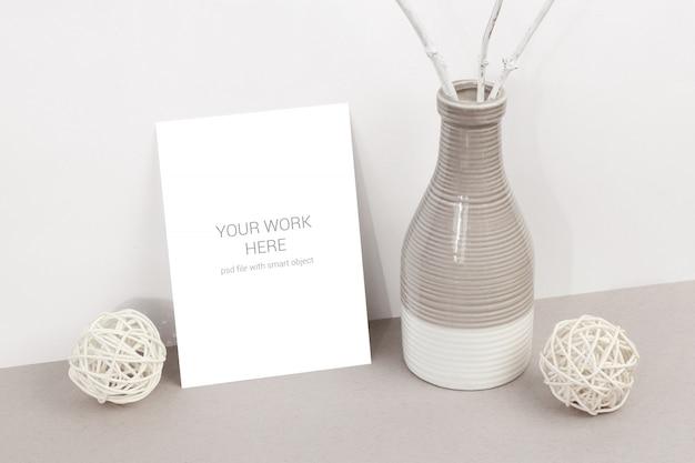 Maquete de cartão com vasos e ramos