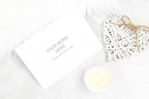 Maquete de cartão com vela e coração