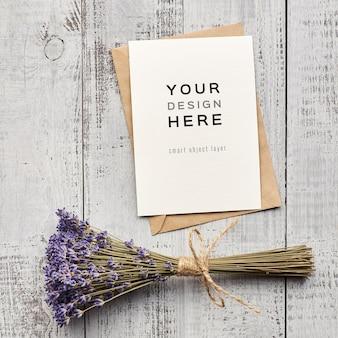Maquete de cartão comemorativo com buguete de flores naturais de lavanda