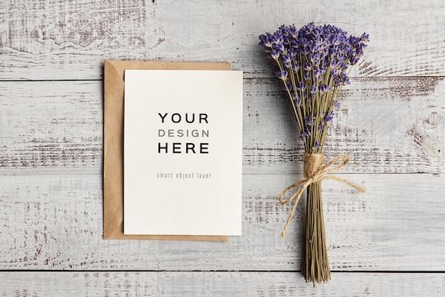 Maquete de cartão comemorativo com design de flores de lavanda