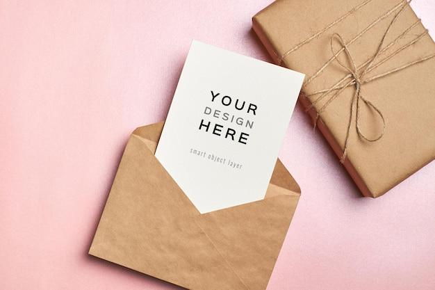 Maquete de cartão comemorativo com envelope e caixa de presente