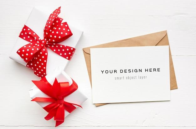 Maquete de cartão comemorativo com envelope e caixas de presente