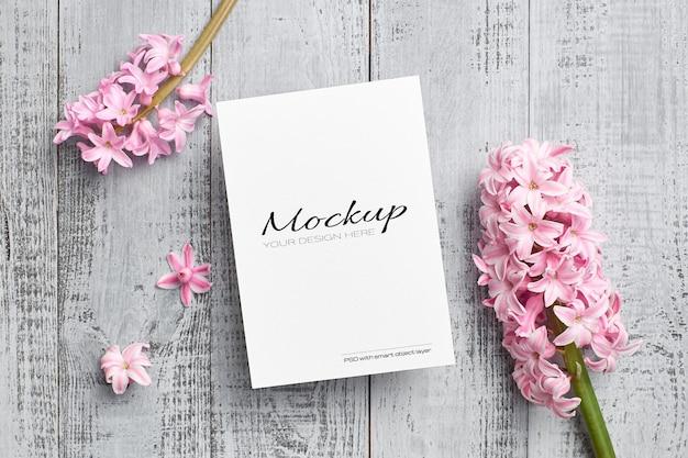Maquete de cartão comemorativo com flor de jacinto rosa