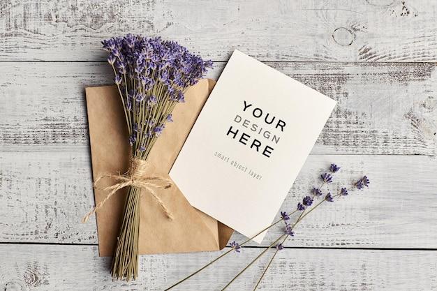 Maquete de cartão comemorativo com flores de lavanda em fundo de madeira